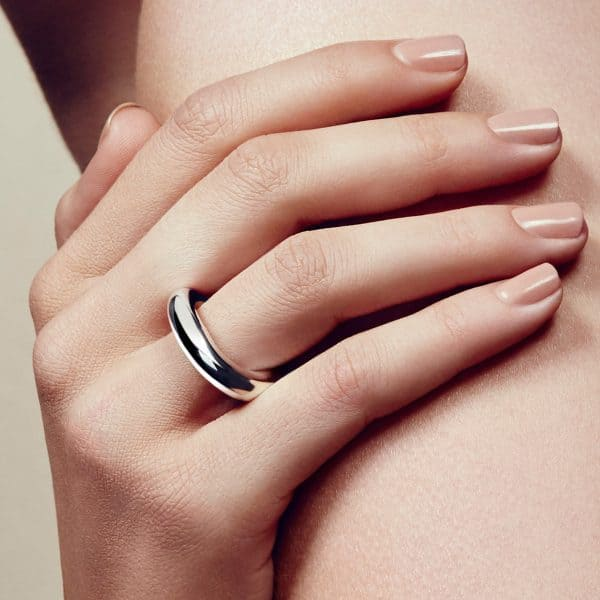 Idole Ring features a tantalizing single bold circle which delicately wraps round the finger. A true homage to  modern era jewellery where bare, feminine curves are twisted into the thick brightness of the sterling silver alloy by the talented Andrée Putman.