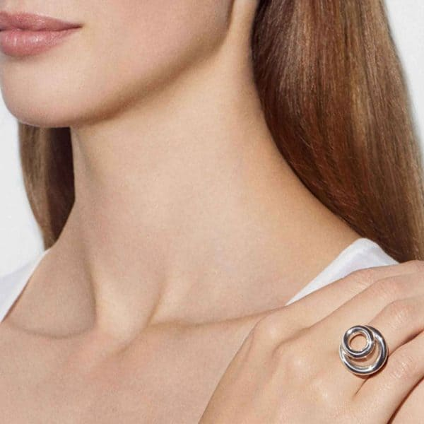 Idole Ring features two tantalizing bold circles differently sized delicately overlapped creating a horizontal swirling effect on the finger. A true homage to  modern era jewellery where bare, feminine curves are twisted into the thick brightness of the sterling silver alloy by the talented Andrée Putman.