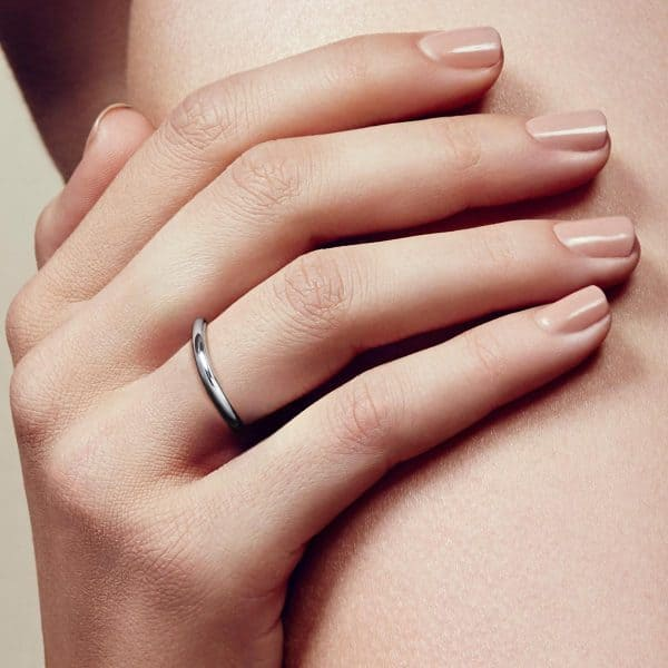 Idole Ring features two tantalizing bold circles which delicately swirl around the finger with the Vertigo twisted touch. A true homage to  modern era jewellery where bare, feminine curves are twisted into the thick brightness of the sterling silver alloy by the talented Andrée Putman.