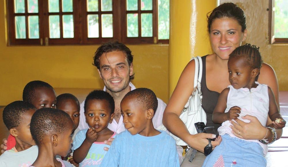 Ottavio e Giada durante loro viaggio di nozze hanno visitato la scuola dell'orfanotrofio sostenuta da noi