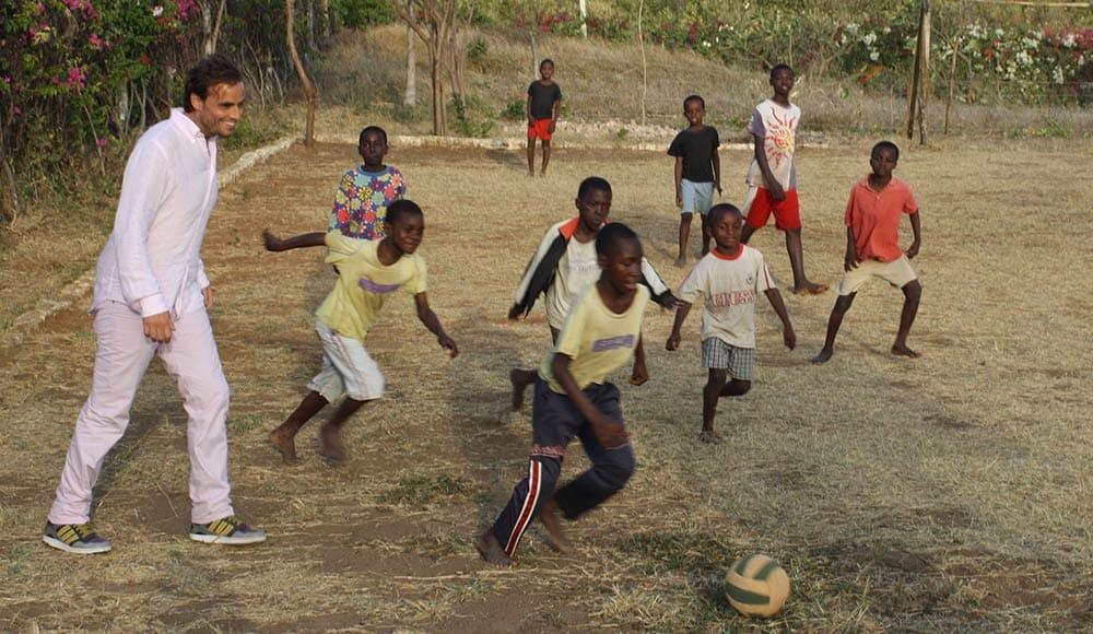 Ottavio durante una partita di calcio con i bambini dell'orfanotrofio