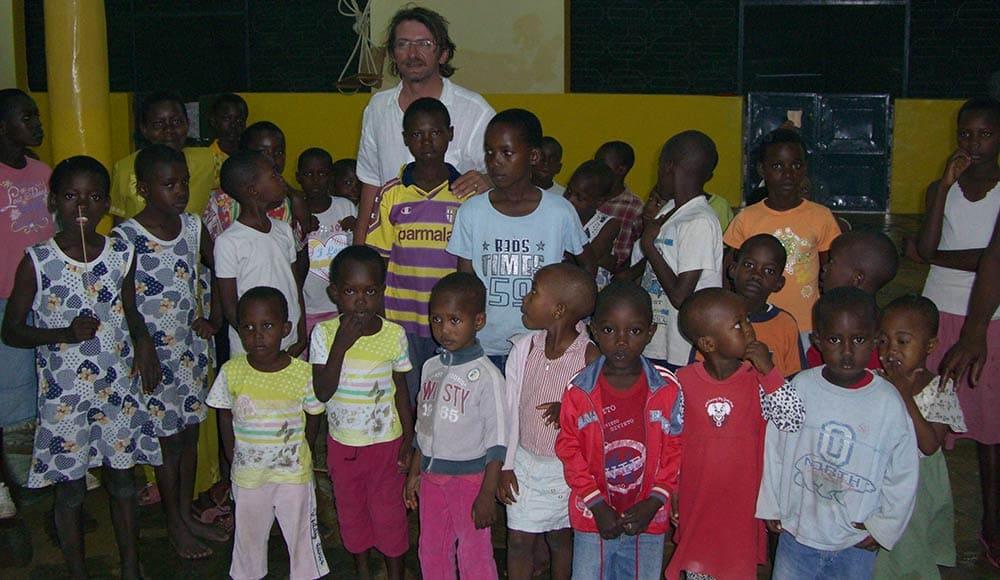 Il titolare di Scopelliti 1887 alessandro Isola con i bambini dell'orfanotrofio