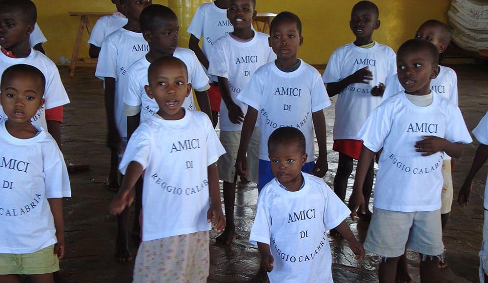 Bambini della scuola dell'orfanotrofio a Mayungu adottata da SCOPELLITI 1887