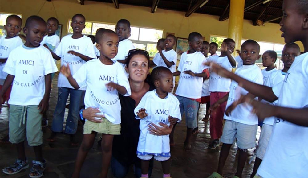 Cetty con i bambini dell'orfanotrofio di Mayungu