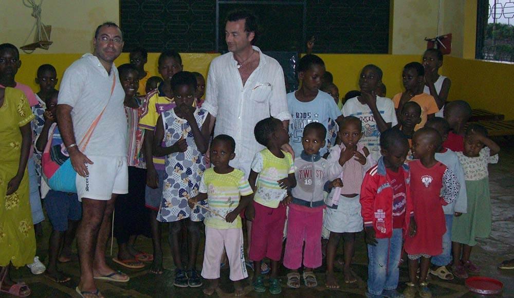 Con i bambini dell'orfanotrofio di Mayungu ci sono Alberto Grilletti e Francesco Grandizio