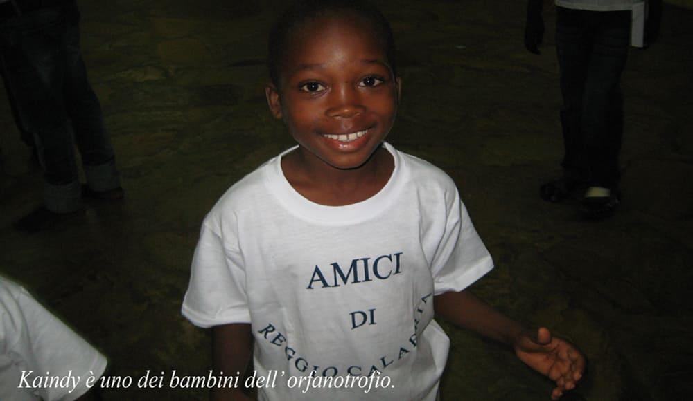 un bambino nell'orfanotrofio africano