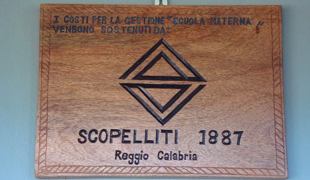 La targa davanti la scuola dell'orfanotrofio adottata da SCOPELLITI 1887