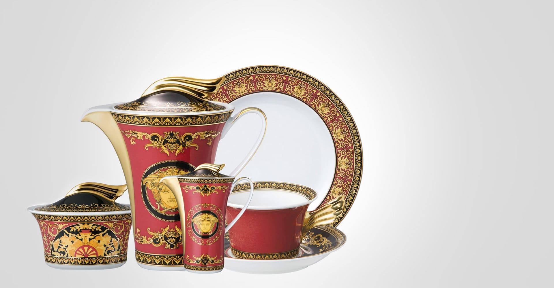 il servizio di piatti in porcellana Medusa di Versace